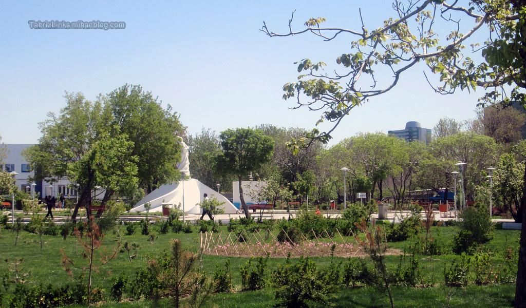 مجسمه شمس تبریزی